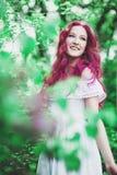 Mujer joven hermosa con el pelo rosado Imagen de archivo