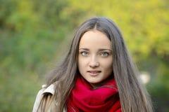 Mujer joven hermosa con el pelo rubio afuera Fotos de archivo