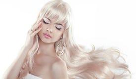 Mujer joven hermosa con el pelo rubio largo El modelo bonito presenta a Fotografía de archivo