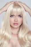 Mujer joven hermosa con el pelo rubio largo Mirada bonita del modelo Imagenes de archivo