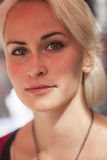 Mujer joven hermosa con el pelo rubio y los ojos verdes Fotos de archivo libres de regalías
