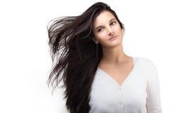 Mujer joven hermosa con el pelo soplado aire Pelo largo sano Imagen de archivo libre de regalías