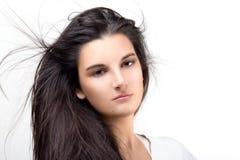 Mujer joven hermosa con el pelo soplado aire Pelo largo sano Fotografía de archivo
