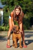 Mujer joven hermosa con el perro chino de Shar Pei Imagen de archivo libre de regalías