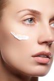 Mujer joven hermosa con el primer fresco limpio de la piel Cierre hermoso de la cara de la mujer encima del estudio en blanco Muj Foto de archivo libre de regalías