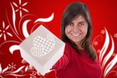 Mujer joven hermosa con el rectángulo del presente de la tarjeta del día de San Valentín Foto de archivo libre de regalías