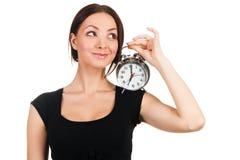 Mujer joven hermosa con el reloj de alarma de la vendimia Imagen de archivo