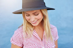 Mujer joven hermosa con el sombrero Foto de archivo libre de regalías