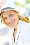 Mujer joven hermosa con el sombrero blanco al aire libre Imágenes de archivo libres de regalías