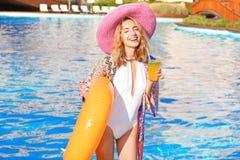 Mujer joven hermosa con el tubo y el vidrio de la natación fotografía de archivo