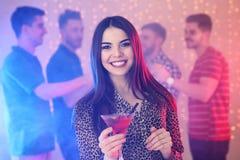 Mujer joven hermosa con el vidrio del c?ctel de martini foto de archivo libre de regalías