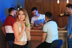 Mujer joven hermosa con el vidrio del c?ctel de martini fotos de archivo libres de regalías