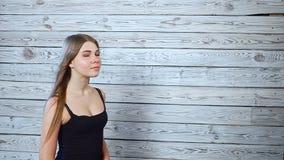 Mujer joven hermosa con el viento en pelo almacen de video
