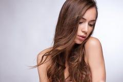 Mujer joven hermosa con el vuelo del pelo Imagen de archivo libre de regalías