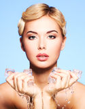 Mujer joven hermosa con hielo en sus manos. Fotos de archivo libres de regalías