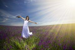 Mujer joven hermosa con la alineada blanca en campo Imagen de archivo libre de regalías