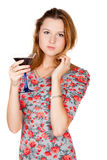 Mujer joven hermosa con la bebida alcohólica Imágenes de archivo libres de regalías