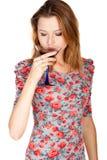 Mujer joven hermosa con la bebida alcohólica Imagen de archivo libre de regalías
