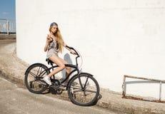 Mujer joven hermosa con la bici al aire libre Fotos de archivo