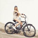 Mujer joven hermosa con la bici al aire libre Foto de archivo libre de regalías