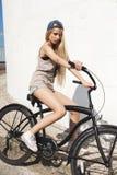Mujer joven hermosa con la bici al aire libre Fotos de archivo libres de regalías