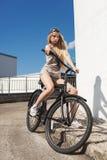 Mujer joven hermosa con la bici al aire libre Imágenes de archivo libres de regalías