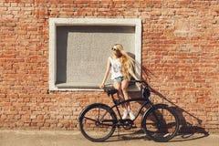 Mujer joven hermosa con la bici al aire libre Fotografía de archivo