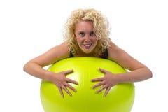 Mujer joven hermosa con la bola de la gimnasia Fotos de archivo