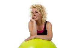 Mujer joven hermosa con la bola de la gimnasia Imagen de archivo
