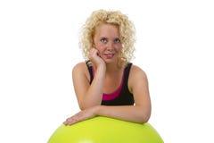 Mujer joven hermosa con la bola de la gimnasia Fotografía de archivo