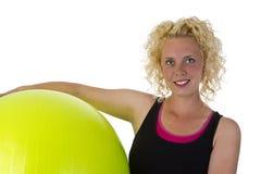 Mujer joven hermosa con la bola de la gimnasia Imágenes de archivo libres de regalías