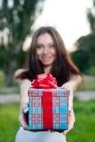 Mujer joven hermosa con la caja de regalo Fotos de archivo