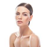 Mujer joven hermosa con la cara sana y la piel limpia imagen de archivo libre de regalías
