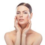 Mujer joven hermosa con la cara sana y la piel limpia foto de archivo libre de regalías