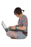 Mujer joven hermosa con la computadora portátil Imagenes de archivo