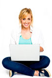 Mujer joven hermosa con la computadora portátil Imagen de archivo libre de regalías