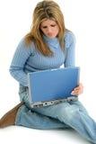 Mujer joven hermosa con la computadora portátil Fotografía de archivo libre de regalías