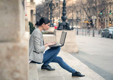 Mujer joven hermosa con la computadora portátil foto de archivo