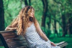 Mujer joven hermosa con la feria rizada magnífica Foto de archivo