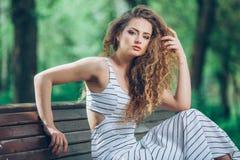 Mujer joven hermosa con la feria rizada magnífica Fotos de archivo