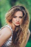 Mujer joven hermosa con la feria rizada magnífica Fotos de archivo libres de regalías
