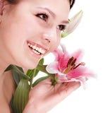 Mujer joven hermosa con la flor. Fotografía de archivo
