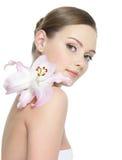Mujer joven hermosa con la flor Foto de archivo