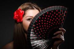 Mujer joven hermosa con la flor Imágenes de archivo libres de regalías