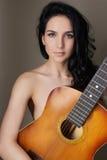 Mujer joven hermosa con la guitarra Imágenes de archivo libres de regalías
