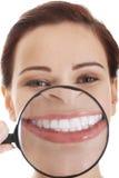 Mujer joven hermosa con la lupa en boca. Imágenes de archivo libres de regalías