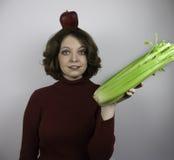 Mujer joven hermosa con la manzana en su cabeza Fotografía de archivo
