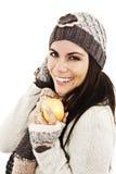 Mujer joven hermosa con la manzana. Estilo del invierno Fotos de archivo