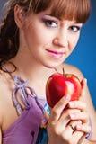 Mujer joven hermosa con la manzana roja Imagenes de archivo