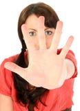 Mujer joven hermosa con la palma hacia cámara imagen de archivo libre de regalías
